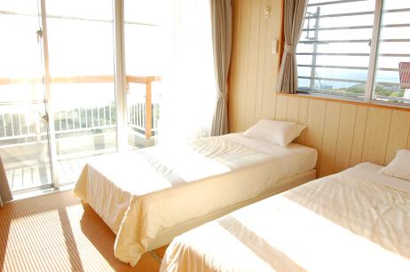 オーシャンビューのベッドルームでは海を眺めながらのお目覚め